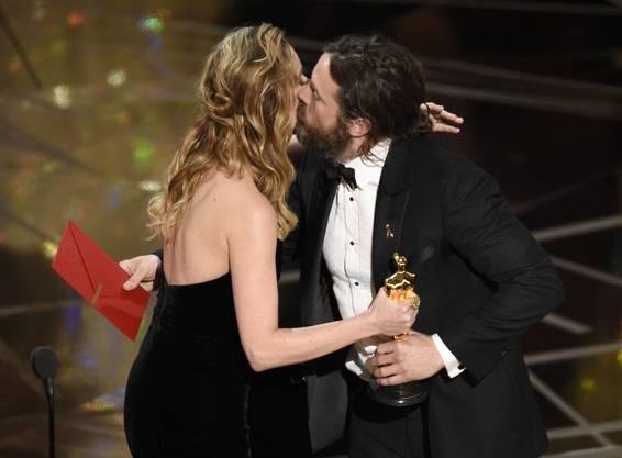 Hier nimmt er seinen Award entgegen, überreicht von Brie Larson.