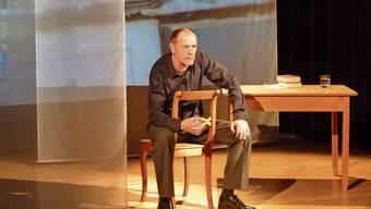 Szene aus «Nietzsches Regenschirm» mit dem Schauspieler Bodo Krumwiede als Erzähler: Das Stück wird nächsten Freitag in Dietikon aufgeführt.
