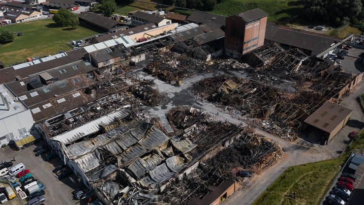 Stahlträger verbogen sich, Ziegelsteinmauern kippten um, Dächer krachten zu Boden: Der Industriepark an der Wahlenstrasse in Laufen am Tag drei nach dem Grossbrand.