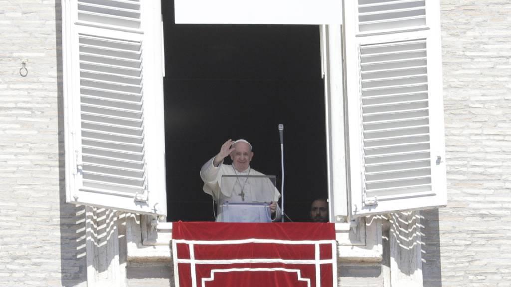 Papst Franziskus hält das Angelus-Mittagsgebet am Fenster seiner Residenz am Petersplatz ab. Foto: Gregorio Borgia/AP/dpa
