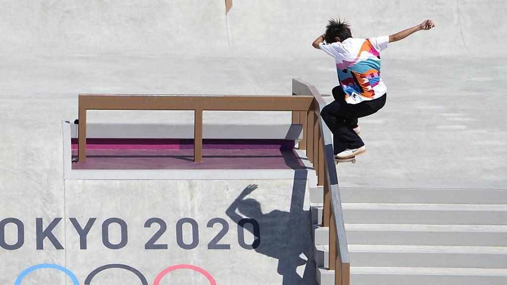 Der Japaner Yuto Horigome wird erster Olympiasieger im Skateboard