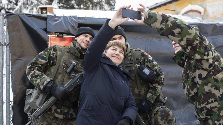 Verteidigungsministerin Viola Amherd posiert mit Soldaten am Rande des Weltwirtschaftsforums in Davos.