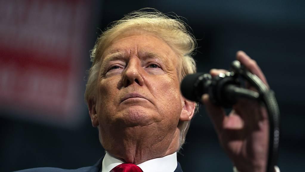 ARCHIV - Donald Trump, Präsident der USA, spricht während einer Wahlkampfkundgebung im Bojangles Coliseum. US-Präsident Donald Trump findet sich im Licht klassischer Glühbirnen schöner als bei modernen Energiesparlampen. Foto: Evan Vucci/AP/dpa