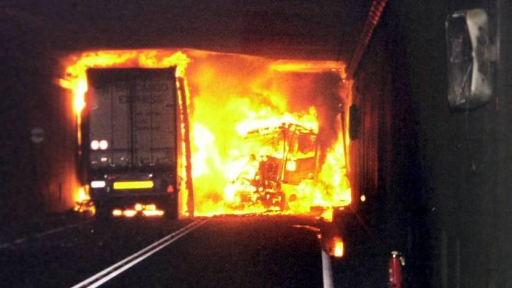 Allerdings machte der Strassentunnel immer wieder mit Unfällen auf sich aufmerksam: Archivbild des Brands im Jahr 2001, bei dem zwei Lastwagen aufeinanderprallten. Wegen der hohen Temperaturen...