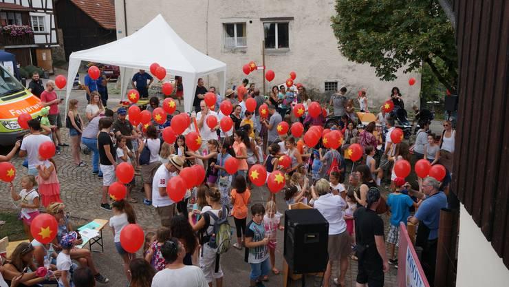 Ballone mit dem Oetwiler Wappen sollen den Teilnehmern Glueck fuer den diesjaehrigen Ballonwettbewerb bringen