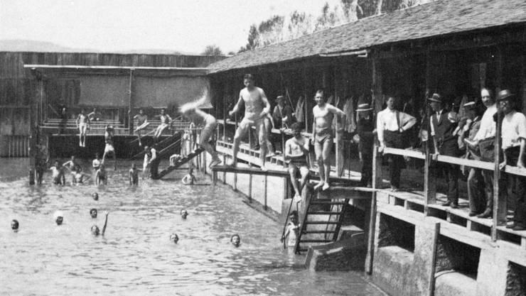 Gleich bei der Kettenbrücke, beim heutigen «Aarepark», lag die erste Aarauer Flussbadi für Männer, die von angekleideten Amtspersonen beaufsichtigt wurden.