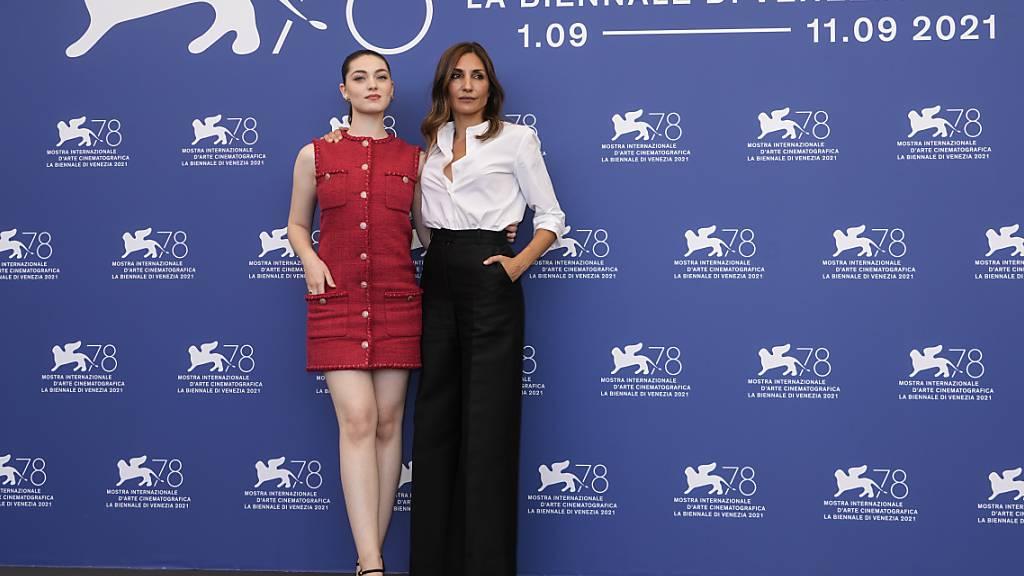 Schauspielerin Anamaria Vartolomei (l) und die Regisseurin Audrey Diwan beim Fototermin für den Film «L'evenement» («Happening») während der 78. Ausgabe der Filmfestspiele von Venedig. In «L'evenement» wird der Kampf um Abtreibung thematisiert. Foto: Domenico Stinellis/AP/dpa