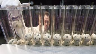 31 Millionen Franken erhielt der Aargau dieses Jahr aus dem Lotteriefonds. Bild: Ein Swisslos-Mitarbeiter platziert die Kugeln für die Lottoziehung.