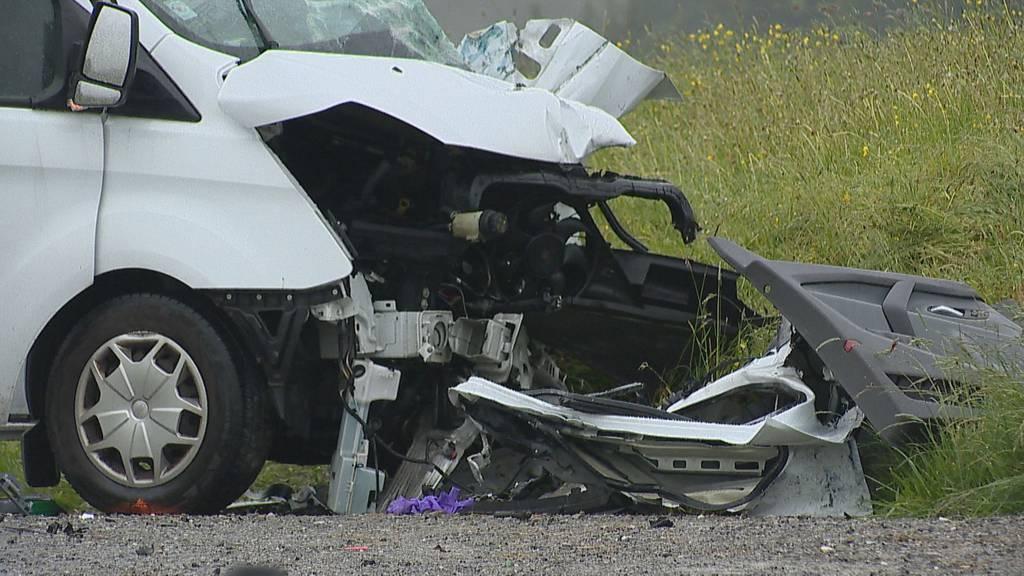Nach Verkehrsunfall: Lieferwagenfahrer schwer verletzt ins Spital geflogen