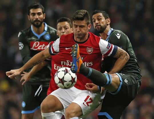 Arsenals Oliver Giroud im Nahkampf mit drei Napolispielern.