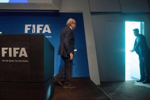Überraschend verkündet Sepp Blatter seinen Rücktritt. Dies, nachdem nur wenige Stunden zuvor Fifa-Generalsekretär Jérôme Valcke mit ersten Vorwürfen eingedeckt wird.