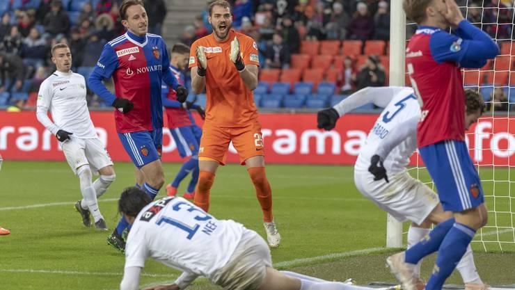 Zürichs Torhüter Yanick Brecher (M.) versucht sein Team anzufeuern – kurz darauf schiesst Ajeti das 3:0 für den FC Basel.