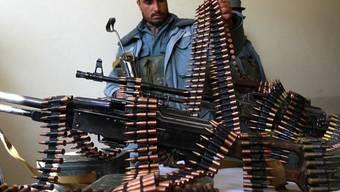 Afghanische Sicherheitskraft übernimmt Waffen von privaten Sicherheitsfirmen (Archiv)