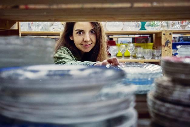 «Der gefällt mir», sagt Giger im Brocki-Land Fahrweid und schnappt sich einen Teller mit grüner Verzierung aus dem Regal.