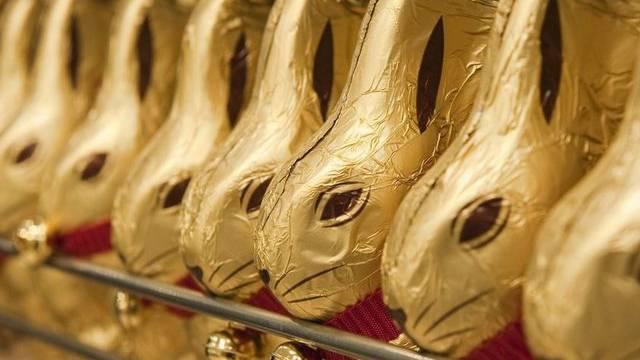 Aufgereihte Goldhasen des Schweizer Schokoladenherstellers Lindt. (Archiv)