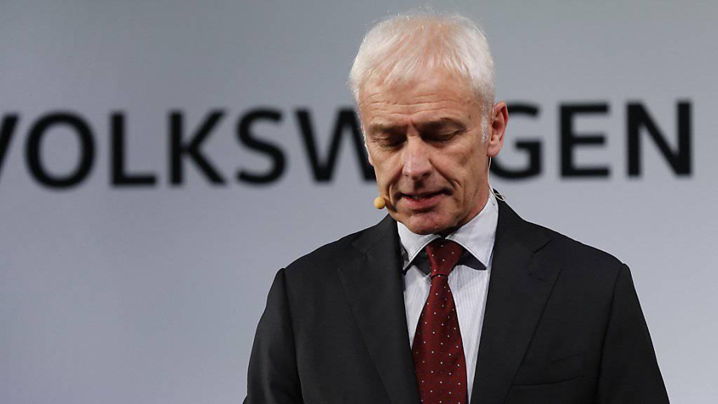 Volkswagen-Chef Matthias Müller kriecht in Detroit zu Kreuze und kündigt gleichzeitig Investitionen in den USA an.