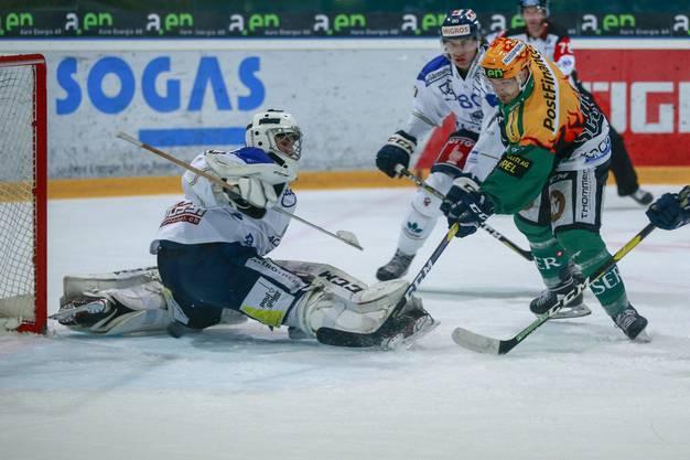 Topscorer Evgueni Chiriayev (Olten) schiesst gegen Torhüter Luca Hollenstein und Yanick Stampfli (Zug Acadamy) das Tor zum 5:2.