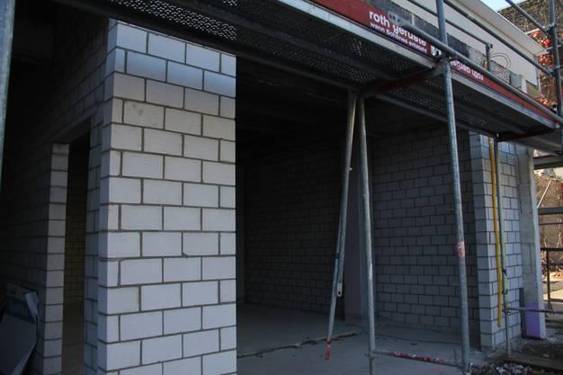 Baustellenrundgang mit Livio Plüss, Verwaltungsratspräsident der Schönegg Brugg AG, im Hochhaus, wo 54 Alterswohnungen entstehen. In diese Garage kommt das Sanitätsfahrzeug des KSB.
