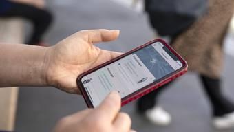 Eine User mit der Swiss Covid App.