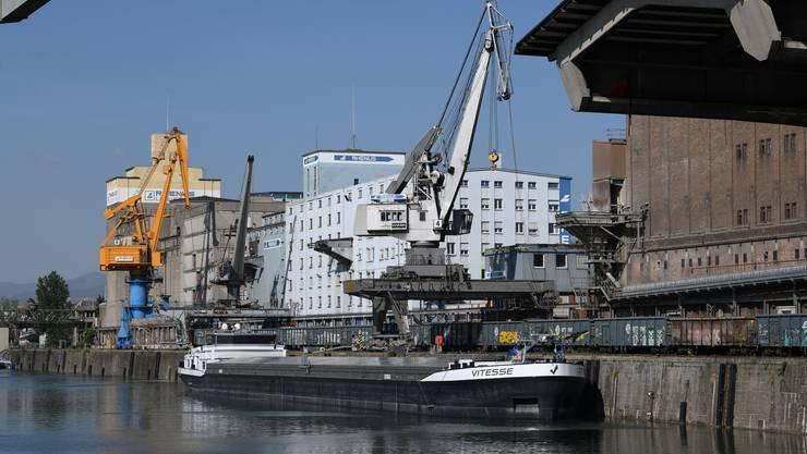 «Relativ reibungslos»: In den Rheinhäfen geht der Betrieb weiter. Derzeit machen nur einige Schleusen coronabedingt Probleme.