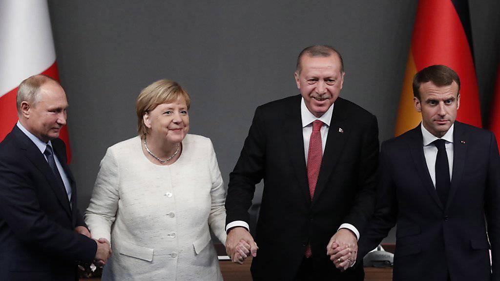 Die Staats- und Regierungschefs Russlands, Deutschlands, der Türkei und Frankreichs nach dem Gipfel-Treffen in Istanbul. Nach sieben Jahren Bürgerkrieg in Syrien wollen sie den Friedensprozess in dem Land wiederbeleben.