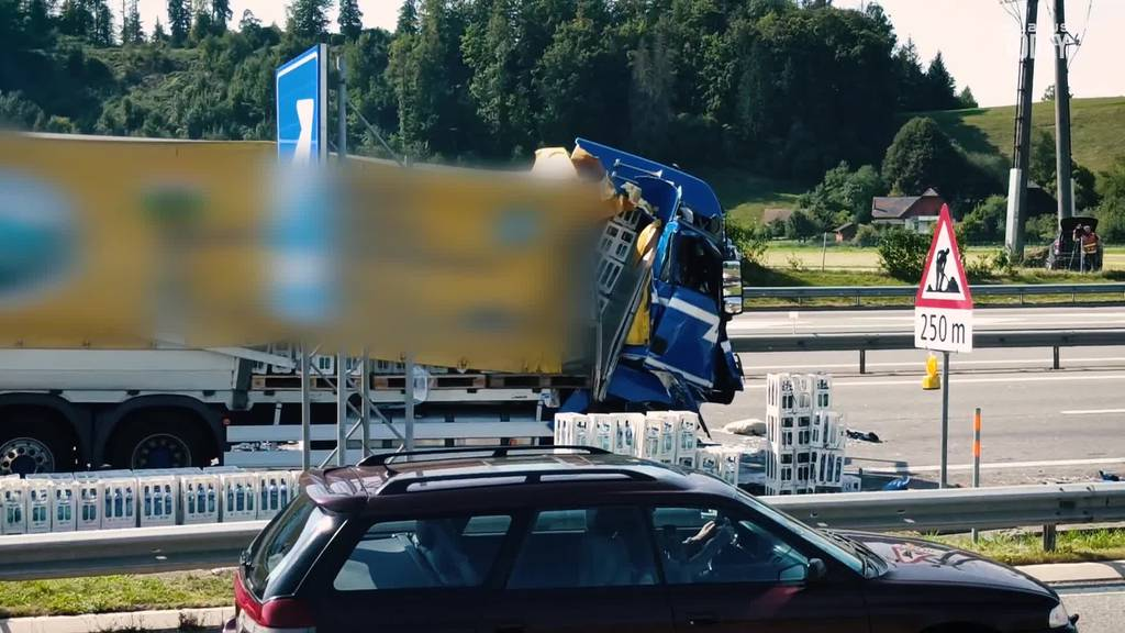 Dutzende Harassen nach LKW-Crash auf der A2 bei Reiden