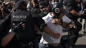 Die katalanische Polizei versuchte, die beiden Protestzüge von Polizisten aus ganz Spanien und von Unabhängigkeitsbefürwortern voneinander fernzuhalten.