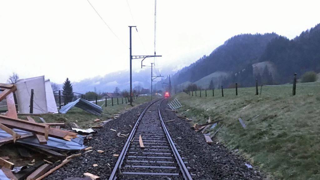 S-Bahn-Zug prallt im Entlebuch in einen Autounterstand