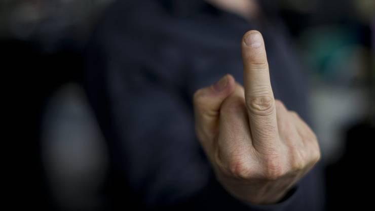 Ein 63-Jähriger landete vor dem Bezirksgericht Baden, nachdem er einer Polizistin offenbar den Stinkefinger gezeigt hatte. (Symbolbild).