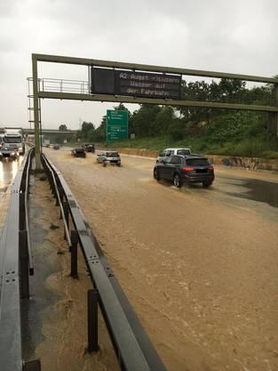 Die Autobahn A2 und A3 im Bereich der Verzweigung Augst wurden überflutet.