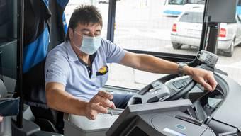 Chauffeure und Chauffeusen im öffentlichen Verkehr tragen nur Masken beim offenen Kundenkontakt.