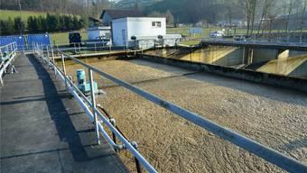 In der Abwasserreinigungsanlage in Niederdorf speist man neuen Belebtschlamm ein, um die Reinigungsleistung der Anlage wieder zu erhöhen.