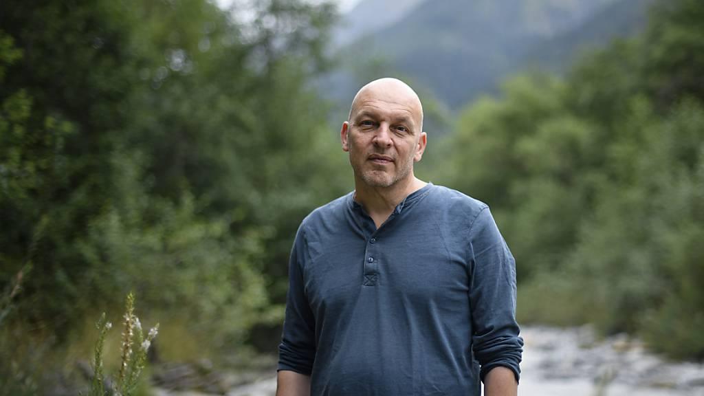 Der Schweizer Autor Tim Krohn  in Santa Maria Val Müstair GR, wo er Schriftstellerinnen und Schriftsteller coacht. (KEYSTONE/Gian Ehrenzeller)