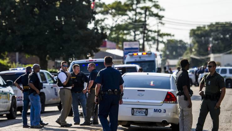 Ein Polizeiaufgebot am Tatort in Sunset, Louisiana. Der 51-jährige Täter tötete neben einer Frau auch einen Polizisten