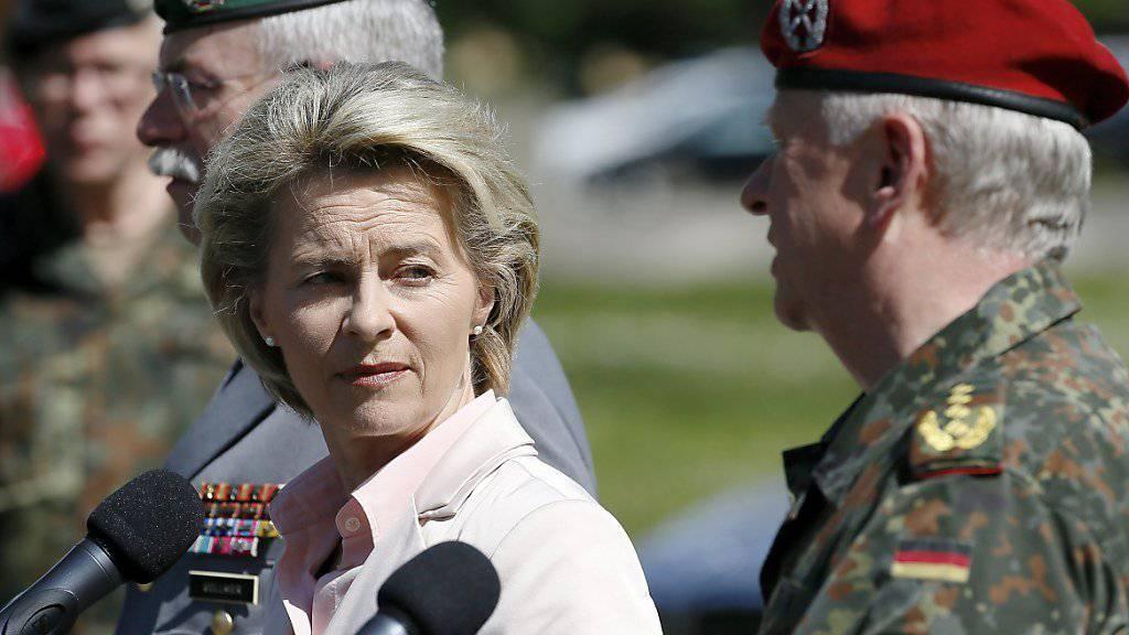 Verteidigungsministerin Ursula von der Leyen und Generalinspektor Volker Wieker (r) vor den Medien in Illkirch