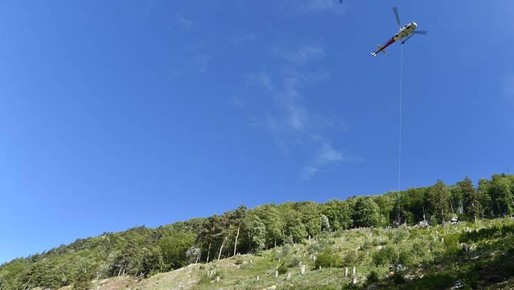 Der Helikopter transportiert unter anderem die schweren Sicherheitsnetze.