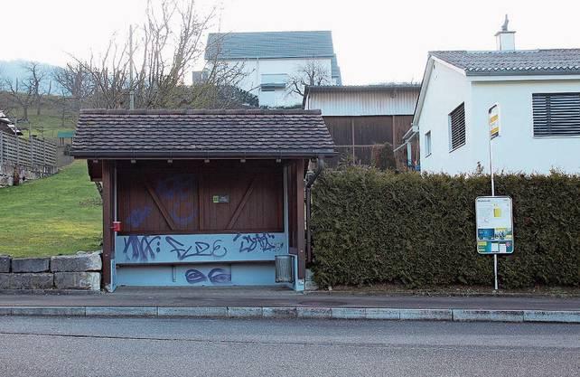 Ebenfalls im Visier der Vandalen: das Buswartehäuschen Richtung Aarau in der «Mühlmet».