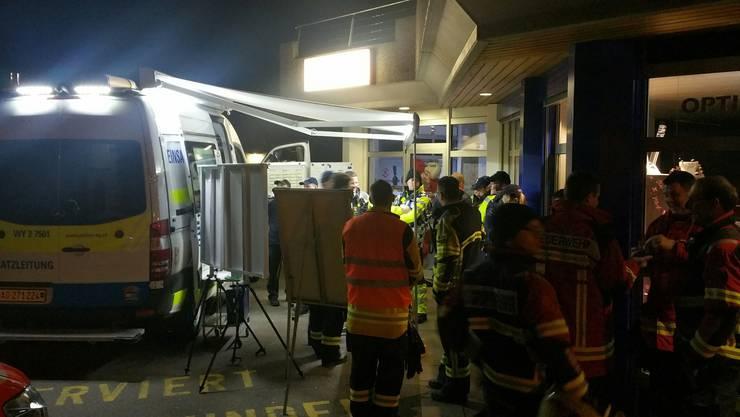 Polizei, Feuerwehr und Ambulanzen waren nach dem Bombenalarm im Einsatz.
