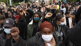 Tausende Menschen haben am Dienstag in der Stadt Genf gegen Rassismus demonstriert.