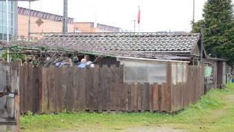Auf einem Rundgang machten sich Dienstagmorgen rund 20 Personen, darunter die Oberrichter, ein Bild vom Tatort.fni