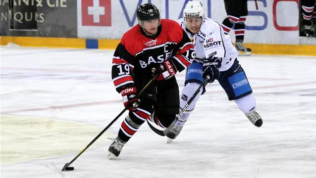 Basel-Captain Stefan Voegele (links) gibt bei seinem 401. Spiel seinen Rücktritt vom Spitzensport. Foto: Kenneth Nars