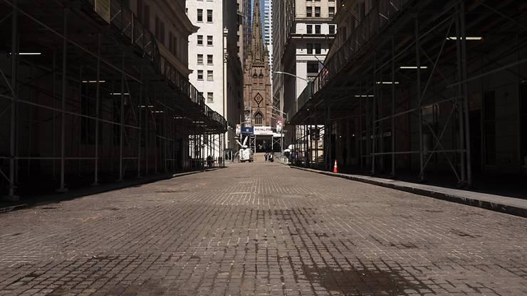 Die fast menschenleere Wall Street im New Yorker Finanzbezirk. Foto: Mark Lennihan/AP/dpa