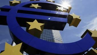 Die Euro-Skulptur vor der Europäischen Zentralbank in Frankfurt (Archiv)