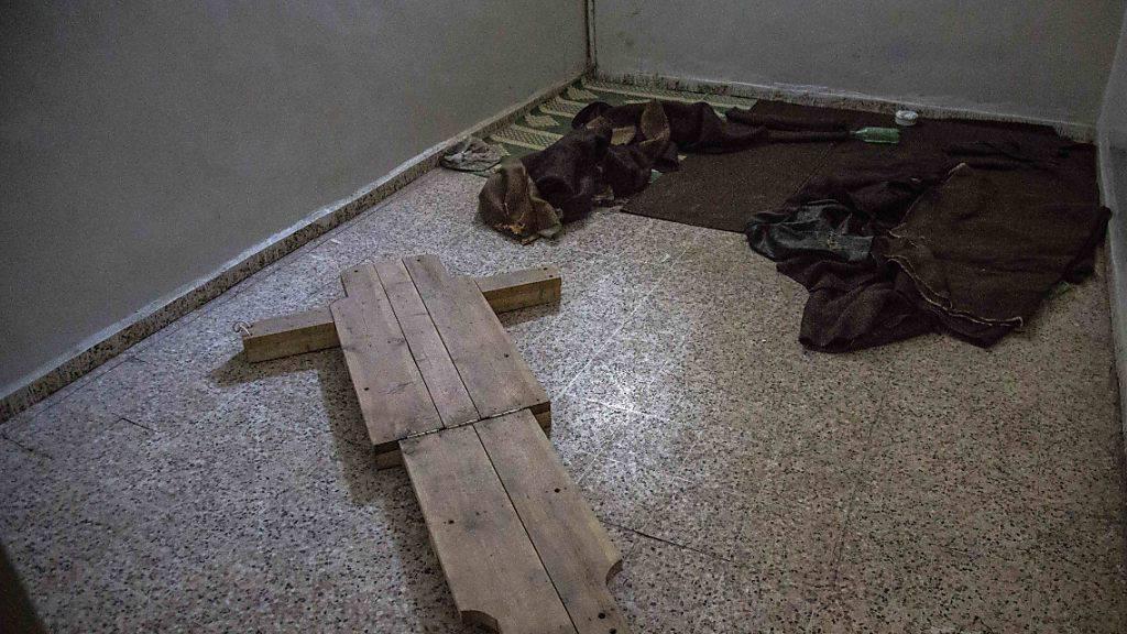 Frankreich ermittelt gegen Assad aufgrund von Fotoaufnahmen wegen Kriegsverbrechen: Folterinstrumente auf dem Boden einer Gefängniszelle in der syrischen Stadt Al-Rakka (Symbolbild)