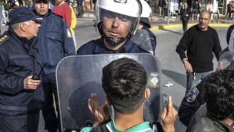 Kein Durchkommen: Auf der griechischen Insel Lesbos geraten Migranten und Polizisten aneinander.