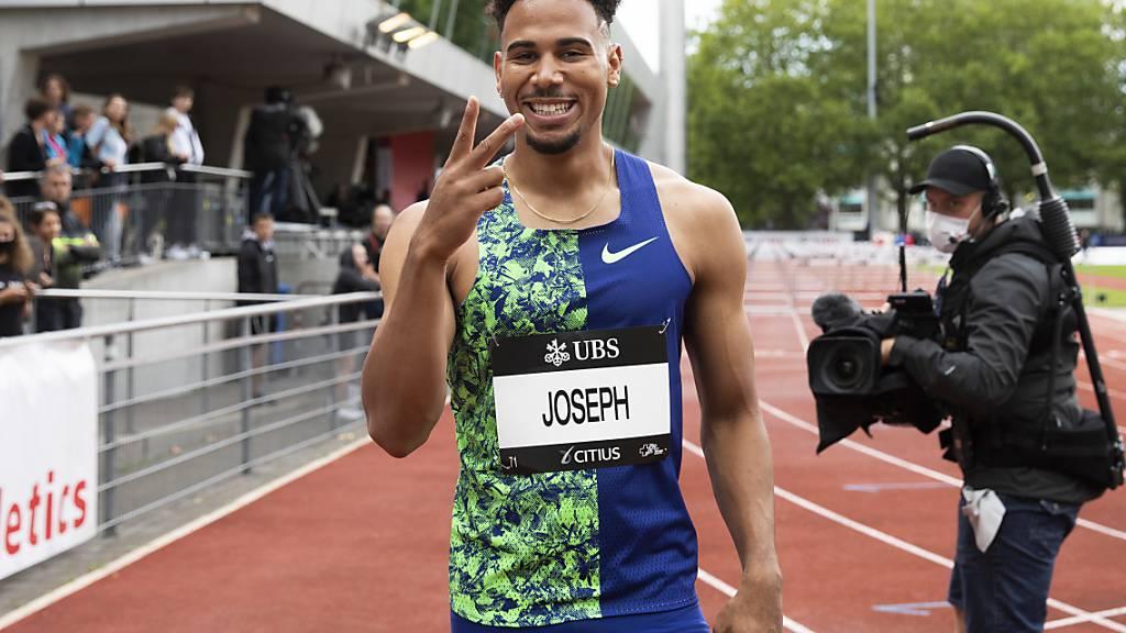 Jason Joseph läuft bereits im Halbfinal der Schweizer Meisterschaft über 110 m Hürden allen davon und zu Schweizer Rekord