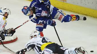 Ambris John Gobbi bremst Lion Patrick Bärtschi (oben) im Fallen.