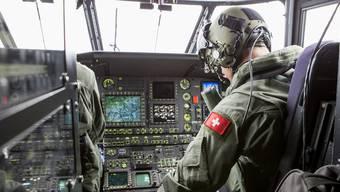 Ein Militärpilot auf dem Weg zur Absturzstelle.