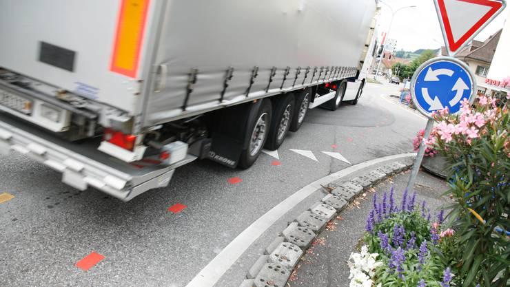 Muensingen, Kreisel, Bodenmarkierungen fuer Velofahrer wie sie sich im Kreisverkehr verhalten sollen, Lastwagen