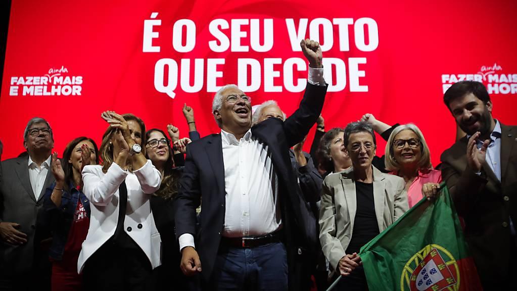 Er dürfte weiterhin an der Macht bleiben: Portugals sozialistischer Ministerpräsident Antonio Costa (Mitte) beim Wahlkampf in Porto.